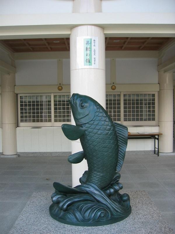 広島護國神社_昇鯉の像